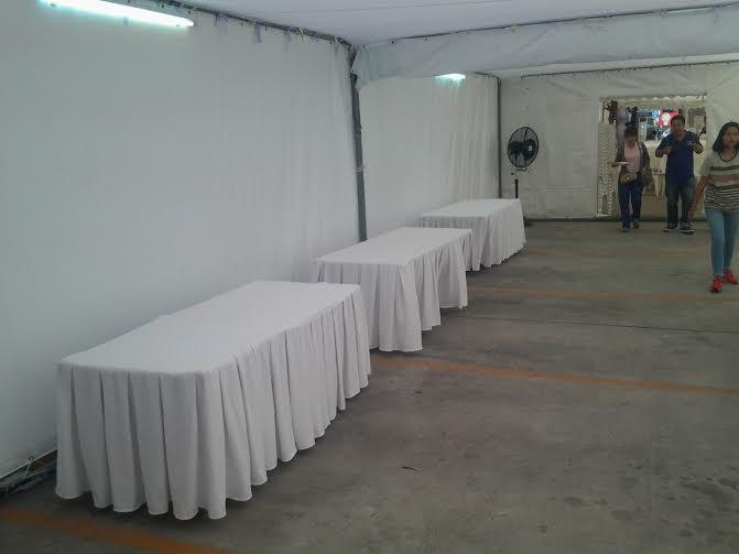 โต๊ะสี่เหลี่ยมคลุมผ้า