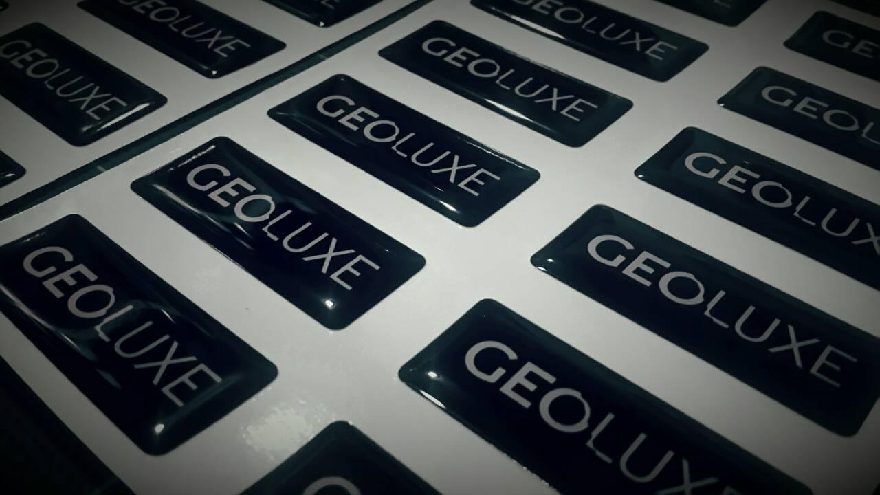 สติ๊กเกอร์เรซิ่น pvc พิมพ์ GEOLUX พื้นดำ ตัวอักษรขาว