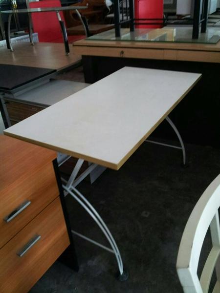 โต๊ะทำงานขาเหล็ก สีขาว