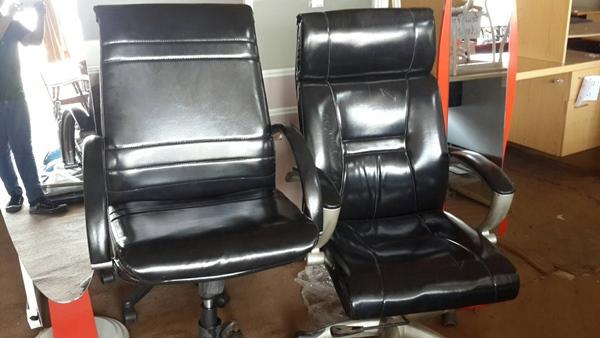 เก้าอี้สำนักงานเบาะหนังสีดำ