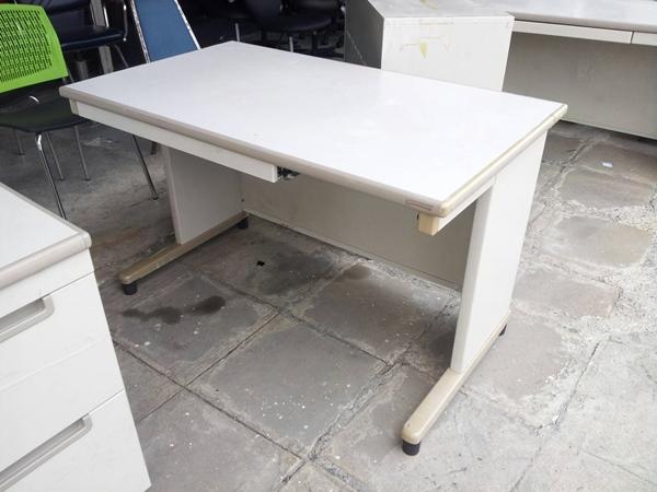 โต๊ะทำงานเหล็กขาวทั้งตัว