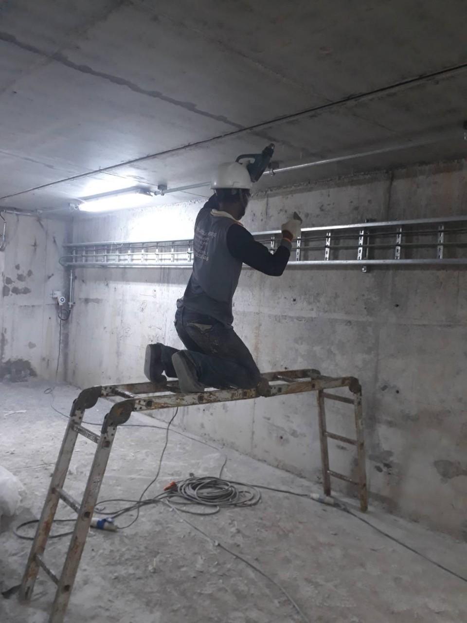 ซ่อมน้ำรั่วซึมผนังด้านล่างของผนังอาคาร
