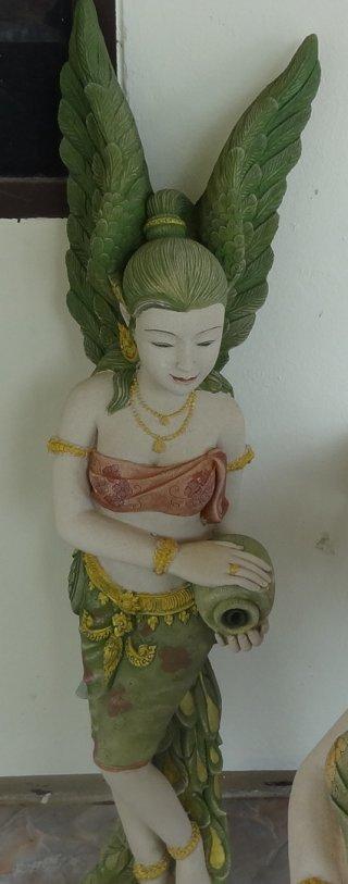 รูปปั้นหินทรายติดปีกสีเขียว พ่นน้ำได้