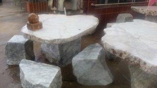 โต๊ะหิน ธรรมชาติ กว้าง 100 ซม. ยาว 50 ซม. โต๊ะสูง 67 ซม. เก้าอี้ 4 ตัว (ขาว)