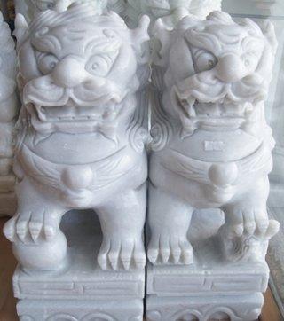 สิงโตปักกิ่งแกะสลักจากหินอ่อน ขนาดสูง 40 ซม. ยาว 28 ซม. กว้าง 16 ซม.
