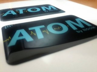 สติ๊กเกอร์เรซิ่น pvc พิมพ์ ATOM พื้นดำ ตัวอักษรฟ้า