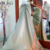 ผ้าไหมทอยกดอกสุรินทร์ ยกดอกพิกุล 5 ต.สีชาเขียว เหลือบทอง เชิงสีคั่น บางพริ้ว
