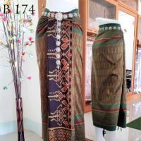ผ้าไหมทอยก ดอกพริกไทย ลายโกบปะเช็ด พื้นสีเขียวแก่  หน้านาง ชายครุย