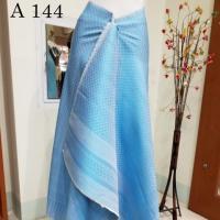 ผ้าไหมทอยก ลายดอกรัก สีฟ้าสว่าง + ผ้าสีพื้น ทอติดกัน