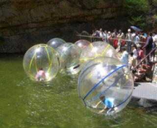 ลูกบอลใหญ่ลอยน้ำ