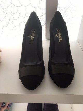 รองเท้า Chanel กำมะหยี่ สีดำ ส้นติดมุกขาว สุดหรู