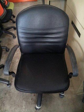 เก้าอี้เบาะหนังสีดำ
