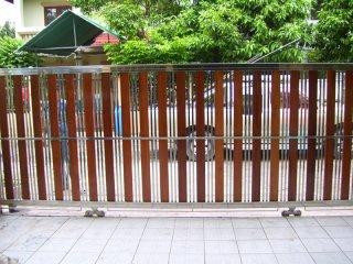 ประตูรั้วสแตนเลสลายไม้