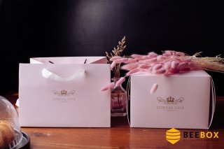 กล่องเค้ก 1 ปอนด์ พร้อมฐาน+ถุงกระดาษ ชมพูพาสเทล