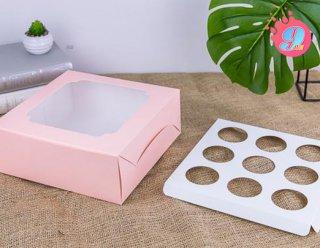 กล่องคัพเค้ก 9 ชิ้น สีชมพูหน้าต่างกว้าง (พร้อมฐาน)