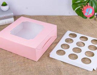 กล่องคัพเค้ก 12 ชิ้น สีชมพูลายจุด (พร้อมฐาน)